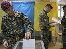 Ukrajinský voják háže svůj hlas v prezidentských volbách ve volební místnosti v...