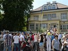 Stovky Ukrajinců čekaly 25. května ve frontě před ambasádou v Praze, kde volily...