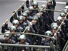 Čínské úřady vyslaly do Urumči polovojenské jednotky. (23. května 2014)