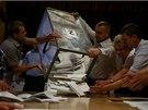 Tam, kde nestály před volebními místnostmi dlouhé fronty voličů, komisaři v 19