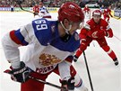 Rusk�ho hokejistu Alexandra Burmistrova atakuje B�lorus Vladimir Denisov.