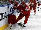Kirill Gotovec z Běloruska zpracovává u mantinelu Sergeje Plotnikova z Ruska.