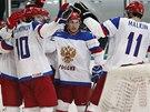 Jevgenij Malkin slaví se svými ruskými spoluhráči gól.