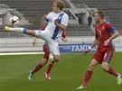 OBTÍŽNÉ ZPRACOVÁNÍ. Finský útočník Teemu Pukki krotí míč, přistupuje k němu Michal Kadlec.