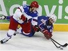 BITVA O PUK. Jevgenij Dadonov z Ruska (vlevo) bojuje s Francouzem Antoninem