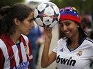 KDO S KOHO? Fanynky Atlétika Madrid (vlevo) a Realu Madrid přijely podpořit své...