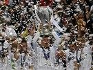 S POHÁREM NAD HLAVOU. Cristiano Ronaldo a jeho spoluhráči z Realu Madrid se radují z triumfu v Lize mistrů.