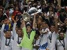 Fotbalist� Realu Madrid se raduj� z triumfu v Lize mistr�. S poh�rem nad hlavou...