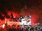 UŽ JSOU TADY! Fotbalisté Realu Madrid právě přijeli mezi fanoušky, aby s nimi...
