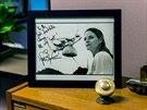V kancelářích SETI je i podepsaná fotka Jodie Fosterové. Ta si ve filmu Contact...