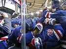 Radost hokejistů New York Rangers z vítězné trefy Martina St. Louise.