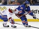 Mats Zuccarello (vpravo) z New York Rangers se snaží odpoutat od Alexeje...