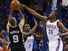 Kevin Durant (vlevo) z Oklahomy blokuje střelecký pokus Tonyho Parkera ze San...