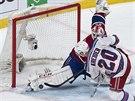 Montrealský gólman Dustin Tokarski likviduje nájezd Chrise Kreidera z New York...