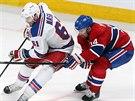 Tomáš Plekanec (vpravo) z Montrealu se snaží ubránit  Ricka Nashe z NY Rangers.