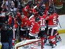 Hokejisté Chicaga se radují z vítězství v pátém duelu série s Los Angeles.