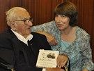 Barbara Wintonová se svým otce, Sirem Nicholasem, 19. května 2014 u příležitosti jeho 105. narozenin v sídle českého velvyslanectví v Londýně. Winton drží v ruce knihu, kterou jeho dcera napsala o jeho životě.