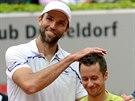 Philipp Kohlschreiber (vpravo) p�ev�il ve fin�le v D�sseldorfu sv�ho soka Iva...