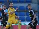 Jihlavský fotbalista Tomáš Josl (ve žlutém) v duelu s Příbramí.