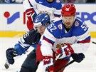 Ruský útočník Sergej Širokov (52) ujíždí Jarkkovi Immonenovi z Finska.