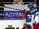 Viktor Tichonov (10) z Ruska a Olli Jokinen z Finska v souboji u mantinelu.