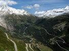 Pohled na silnici klesající z průsmyku Furka do údolí Rhôny (v pozadí)