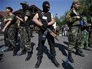 Proruští povstalci hlídají vilu nejbohatšího Ukrajince Rinata Achmetova.