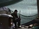 Jeden ze skupiny ozbrojenců, kteří vpadli na letiště v Doněcku, dozoruje na