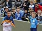 V RUČNÍKU. Radek Štěpánek se schovává v ručníku před utkáním proti Michailu
