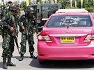 Thajští vojáci kontrolují taxíky blízko místa, kde se konala demonstrace...