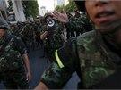 Armáda v centru Bangkoku rozhání dav protestující proti vojenskému  převratu.