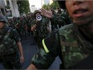 Arm�da v centru Bangkoku rozh�n� dav protestuj�c� proti vojensk�mu  p�evratu.