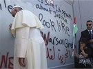 Papež v neděli neplánovaně se zastavil u bariéry, jež odděluje západní břeh