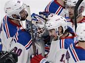 Hokejisté NY Rangers obklopili brankáře  Henrika Lundqvista, který výrazně...