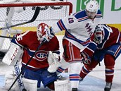 Před brankou Montrealu otravuje Chris Kreider  z NY Rangers. Brankář Dustin...