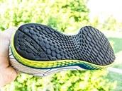 Podrážka je řešená jednolitým kusem gumy s jemným vzorkem, který dobře drží na suchém i mokrém povrchu.
