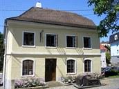 Rodný dům Sigmunda Freuda v Příboře s psychoanalytickou pohovkou v popředí