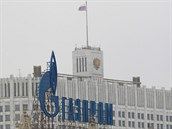 Logo Gazpromu p�ed moskevským Bílým domem, kde sídlí vláda (d�íve D�m sov�t�)