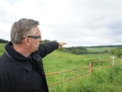V místech, kam ukazuje Jiří Sedláček, vznikne golfové hřiště s 18 jamkami. K...