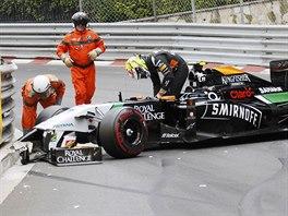 Sergio Perez ze stáje Force India po kolizi ve Velké ceně Monaka.