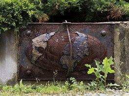 Pamětní deska věnovaná vysočanskému nultému poledníku z roku 1997. Později se...