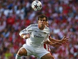 VE VZDUCHU. Gareth Bale z Realu Madrid hlavičkuje před Filipem Luísem z