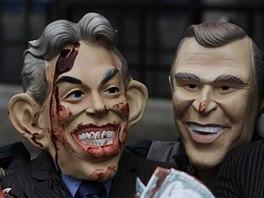 Protestující proti válce v Iráku s maskami (zleva) Tonyho Blaira, George Bushe...