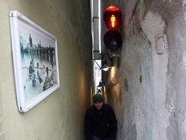 Nejužší ulička v Praze - Ulička, kterou musí řídit semafor. (20. 12. 2007)