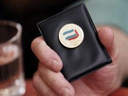 Cestovatel Mnislav Zelený ukazuje odznak kongresu komunistické strany Hondurasu...