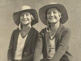 Staša Fleischmannová (vpravo) se svou sestrou Olou v roce 1929 na balkoně bytu