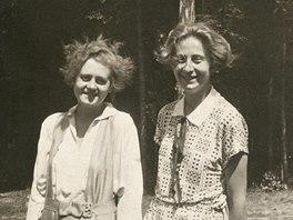 Milena Jesensk� (vlevo) s maminkou Sta�i Fleischmannov� v roce 1925