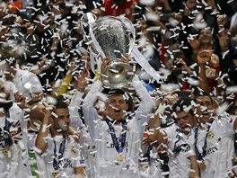 S POHÁREM NAD HLAVOU. Cristiano Ronaldo a jeho spoluhráči z Realu Madrid se...
