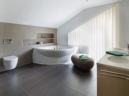 Prostorn� koupelna s oknem slou�� pro relaxaci i rychlou hygienu ve spr�e.