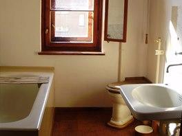 Rekonstruovaná koupelna s vanou, umyvadlem a toaletou